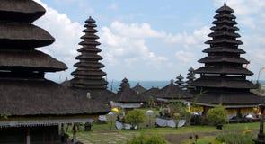 Paesaggio nero della costruzione del tetto del tempio indù al giorno di celebrazione di Galungan Fotografia Stock Libera da Diritti