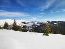 Paesaggio nevoso della montagna. fotografie stock