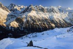 Paesaggio nevoso della montagna di inverno al tramonto Fotografia Stock