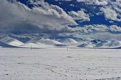 Paesaggio nevoso della montagna di inverno del Tibet Fotografie Stock Libere da Diritti