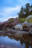 Paesaggio norvegese con la costa rocciosa, riflessione dell'acqua Fotografie Stock