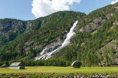 Paesaggio norvegese con la montagna e la cascata Fotografia Stock