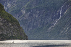 Paesaggio norvegese del fiordo Viaggio dell'yacht Visita Norvegia turismo Fotografie Stock Libere da Diritti