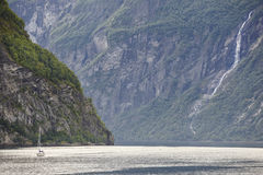 Paesaggio norvegese del fiordo Viaggio dell'yacht Visita Norvegia turismo Fotografia Stock