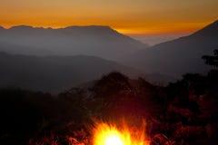 Paesaggio notturno con fuoco di accampamento Immagine Stock