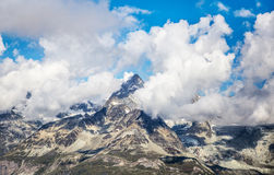 Paesaggio nuvoloso con il picco del Cervino, Svizzera della montagna Fotografia Stock