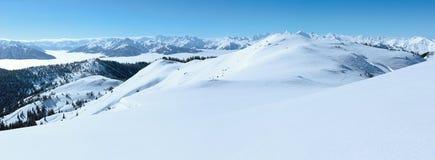 Paesaggio nuvoloso della montagna di inverno fotografia stock libera da diritti