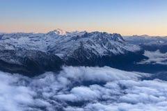 Paesaggio nuvoloso delle montagne nelle alpi francesi durante l'alba Immagine Stock