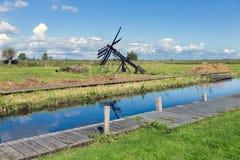 Paesaggio olandese con il canale ed il mulino a vento tradizionale Fotografia Stock