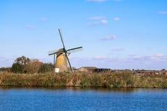 paesaggio olandese con un vecchio mulino Immagini Stock