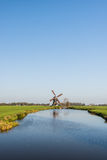 Paesaggio olandese del ploder con il mulino a vento Fotografia Stock