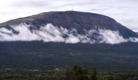Paesaggio orizzontale della montagna con il fondo delle nuvole Fotografia Stock