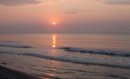 Paesaggio pacifico della spiaggia di alba Immagini Stock Libere da Diritti
