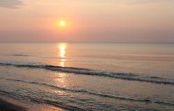 Paesaggio pacifico della spiaggia di alba Immagine Stock