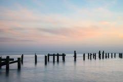 Paesaggio pacifico sbalorditivo del mare di vecchi fondamenti abbandonati del pilastro Fotografia Stock Libera da Diritti