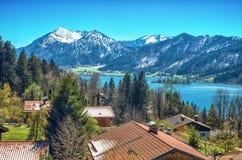 Paesaggio panoramico con il lago della montagna Immagine Stock