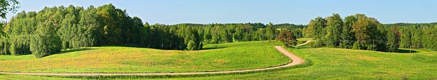 Paesaggio panoramico con la strada campestre. fotografia stock