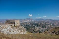 Paesaggio panoramico con lo spagnolo di Quartiere in priorità alta Erice fotografia stock