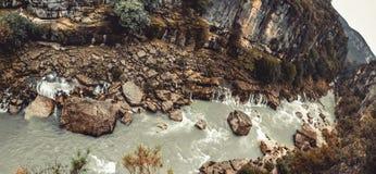 Paesaggio panoramico dal fiume di Akcay Manavgat, Adalia, Turchia Trasportare concetto con una zattera di festa e di turismo immagini stock libere da diritti