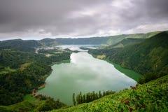 Paesaggio panoramico della laguna di Sete Cidades del lago in Azzorre Immagine Stock