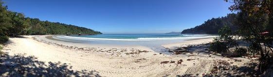 Paesaggio panoramico della spiaggia della località di soggiorno di isola di Sabah immagine stock libera da diritti