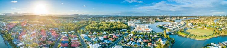 Paesaggio panoramico delle case di lusso al sobborgo dei laghi varsity fotografia stock