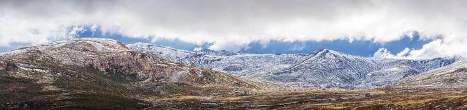 Paesaggio panoramico delle montagne della neve Alpi australiane, Kosciusz Immagini Stock
