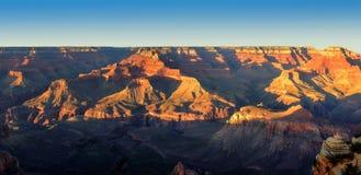 Paesaggio panoramico di Grand Canyon al tramonto Immagini Stock