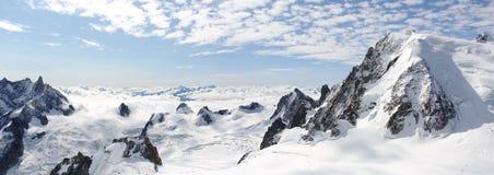 Paesaggio panoramico di salita delle alte montagne Fotografia Stock