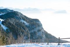 Paesaggio panoramico di vista aerea di bello inverno francese delle alpi con un fondo nuvoloso fantastico della montagna della fo Immagini Stock Libere da Diritti
