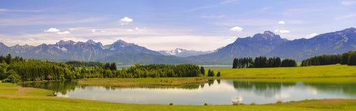 Paesaggio panoramico nella regione Allgaeu con le montagne delle alpi e del lago Fotografia Stock