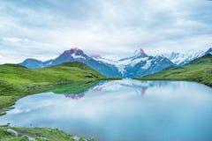 Paesaggio piacevole ad alba sopra il lago nelle alpi svizzere, Europ Fotografie Stock Libere da Diritti