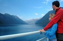 Paesaggio pieno d'ammirazione della figlia e del padre dal traghetto immagini stock libere da diritti