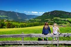 Paesaggio pieno d'ammirazione di due sorelline dei adorables un bello della catena montuosa delle dolomia, Tirolo del sud, Italia Fotografie Stock Libere da Diritti