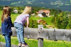 Paesaggio pieno d'ammirazione di due sorelline un bello nella catena montuosa delle dolomia, provincia del sud del Tirolo dell'It Immagini Stock Libere da Diritti
