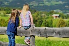 Paesaggio pieno d'ammirazione di due sorelline un bello nella catena montuosa delle dolomia, provincia del sud del Tirolo dell'It Immagine Stock Libera da Diritti