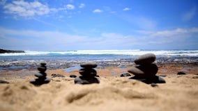 Paesaggio pittoresco del mare Il litorale lapida l'equilibrio video d archivio