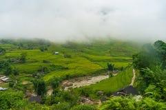 Paesaggio pittoresco del villaggio di alta montagna fra i terrazzi del riso Fotografia Stock
