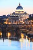 Paesaggio pittoresco della st Peters Basilica sopra il Tevere a Roma, Italia Immagine Stock