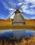 Paesaggio pittoresco di autunno con il vecchio laminatoio Fotografie Stock Libere da Diritti