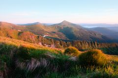 Paesaggio pittoresco di estate con alba variopinta Fotografie Stock