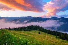 Paesaggio pittoresco di estate con alba variopinta Fotografia Stock