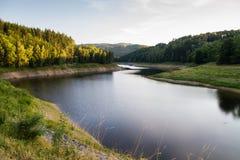Paesaggio pittoresco di estate con la diga Fotografia Stock