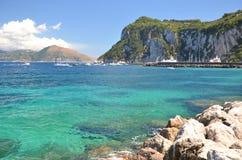 Paesaggio pittoresco di estate di bella spiaggia in porticciolo grande sull'isola di capri, Italia Fotografie Stock Libere da Diritti