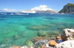 Paesaggio pittoresco di estate di bella spiaggia in porticciolo grande sull'isola di capri, Italia Fotografia Stock Libera da Diritti