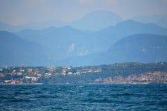 Paesaggio pittoresco Italia del Nord dei villaggi della riva del lago del lago garda fotografia stock