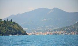 Paesaggio pittoresco Italia del Nord dei villaggi della riva del lago del lago garda immagine stock libera da diritti