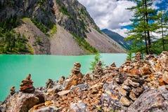 Paesaggio pittoresco, parete fatta a mano della pietra sulla sponda del fiume Immagine Stock