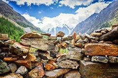 Paesaggio pittoresco, parete fatta a mano della pietra sulla sponda del fiume Fotografia Stock Libera da Diritti