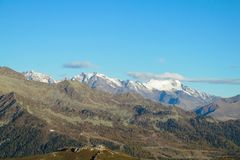 Paesaggio Platone della neve sopra la valle verde nelle alpi fotografie stock